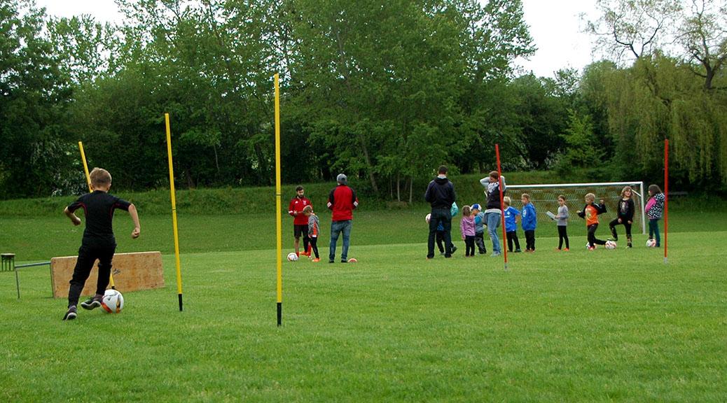 Kinder legen Fussball-Abzeichen ab