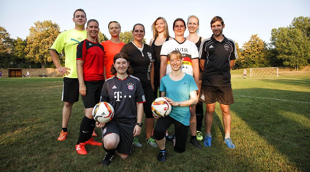 Mit viel Spaß halten sich Damen beim Fußballspiel fit