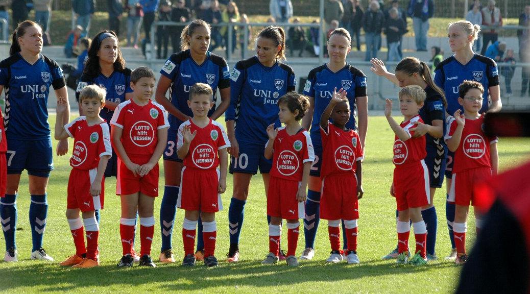 Kids der JSG laufen mit dem 1. FFC Frankfurt ein